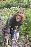 Fonctionner dans le jardin photos stock