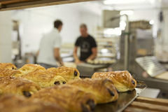 Fonctionner dans une boulangerie Photo stock