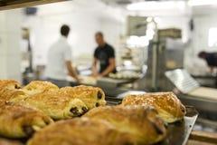Fonctionner dans une boulangerie image libre de droits