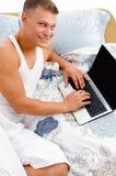 fonctionner de sourire d'homme d'ordinateur portatif de bâti Photographie stock