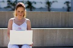 Fonctionner extérieur avec l'ordinateur portatif images libres de droits