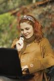 Fonctionner extérieur avec un ordinateur portatif Image libre de droits