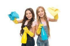 Fonctions de m?nage Petite aide Les enfants mignons de filles aiment nettoyer autour Maintenez-le propre Laisse le nettoyage de d photographie stock libre de droits