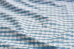 Fond à carreaux bleu et blanc plié de tissu photos libres de droits