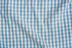Fond à carreaux bleu et blanc plié de tissu image stock