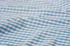 Fond à carreaux bleu et blanc plié de tissu photos stock