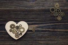 Fond à la forme des coeurs, du mécanisme de vitesse et d'une clé Photographie stock