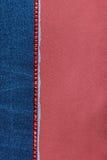 Fond à la mode, jeans et fausses pierres rouges se trouvant sur le satin rouge Photographie stock libre de droits