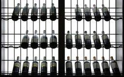 Fond éclairé à contre-jour de bouteilles Image stock