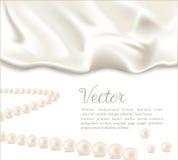 Fond élégant avec la soie et les perles blanches Photos libres de droits