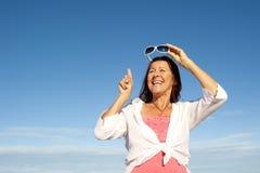 Fond aîné assez heureux de ciel de femme Photographie stock