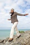 Fond aîné heureux d'océan de femme Image libre de droits