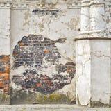 Fond abandonné de mur de briques de stuc Images stock