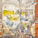 Fond abandonné peint coloré de mur de briques Photos libres de droits