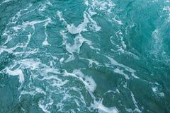 Fond abstrait - écoulements d'eau en rivière photographie stock libre de droits
