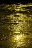 Fond abstrait avec de l'eau l'écoulement de l'eau d'or Photo stock