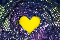 Fond abstrait avec de l'or, le vert et les paillettes pourpres sur le tissu sur un fond jaune photos stock
