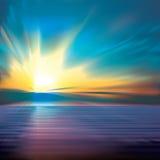Fond abstrait avec des nuages et le lever de soleil de mer Photo stock