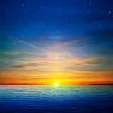 Fond abstrait avec des nuages et le lever de soleil de mer Image stock