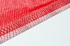 Fond abstrait avec le tissu rouge sur un fond blanc images stock