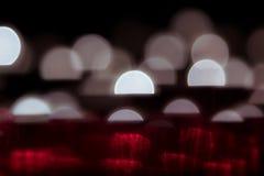 Fond abstrait avec les demi-cercles rougeoyants blancs et rouge sur un fond noir Fond Noir Photographie stock