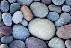 Fond abstrait avec les pierres rondes de caillou dans le rétro montant de vintage plage de pierres lisse Images libres de droits