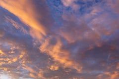 Fond abstrait avec une texture des nuages au coucher du soleil divinement photographie stock libre de droits