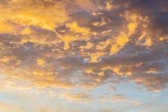 Fond abstrait avec une texture des nuages au coucher du soleil divinement photo stock