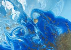 Fond abstrait bleu et d'or marbré Modèle de marbre liquide Photo stock