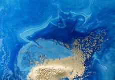 Fond abstrait bleu et d'or marbré Modèle de marbre liquide Photographie stock libre de droits