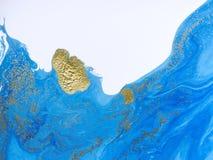 Fond abstrait bleu et d'or marbré Modèle de marbre liquide Images stock