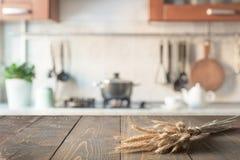 Fond abstrait brouillé Cuisine moderne avec le dessus de table et espace pour l'affichage vos produits Photo libre de droits