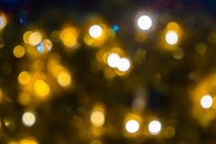 Fond abstrait brouill? des lumi?res de No?l Boules et lignes jaune-orange rougeoyantes brillamment Configurations abstraites de c image stock