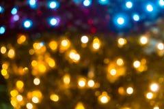 Fond abstrait brouill? des lumi?res de No?l Boules et lignes jaune-orange rougeoyantes brillamment Configurations abstraites de c images stock