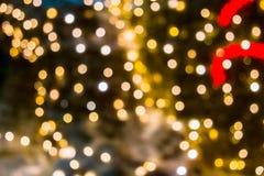 Fond abstrait brouill? des lumi?res de No?l Boules et lignes jaune-orange rougeoyantes brillamment Configurations abstraites de c photographie stock