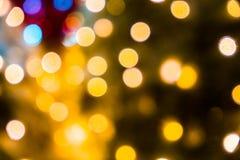 Fond abstrait brouill? des lumi?res de No?l Boules et lignes jaune-orange rougeoyantes brillamment Configurations abstraites de c photo libre de droits