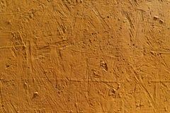 Fond abstrait brouill? La texture d'une surface approximative concr?te peinte avec la couleur orange de fissures et de trous photo stock