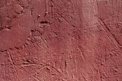 Fond abstrait brouill? La texture de la surface approximative concr?te peinte avec des fissures et des bosselures de couleur rose images stock