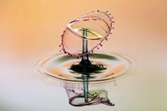 Fond abstrait d'éclaboussure de l'eau de couleur, collision des baisses colorées images stock