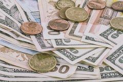 Fond abstrait d'affaires - billets de banque des dollars et de l'euro avec des pièces de monnaie en gros plan Photographie stock libre de droits