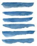 Fond abstrait d'aquarelle avec les rayures bleues grunges Fond peint à la main de mer d'isolement sur le fond blanc Pour la conce Image stock