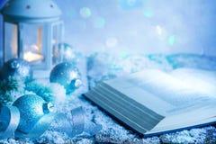 Fond abstrait d'ornement de décoration de Noël avec les babioles et la lanterne de bible sur la table vide dans le bleu image libre de droits