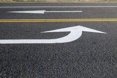 Fond abstrait d'une route avec la flèche blanche Photos libres de droits