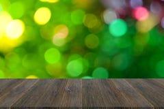Fond abstrait de bokeh d'arbre de Noël avec la terrasse en bois Photographie stock libre de droits