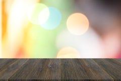 Fond abstrait de bokeh de lumière avec la terrasse en bois Photo stock