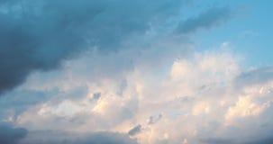 Fond abstrait de l'explosion des nuages roses pluvieux en cieux banque de vidéos