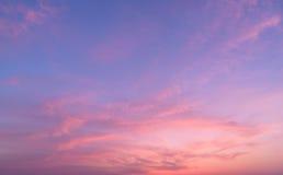 Fond abstrait de nature Ciel réglé déprimé du soleil rose et pourpre de nuages photographie stock libre de droits