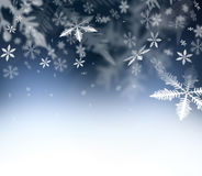 Fond abstrait de Noël Flocons de neige en baisse sur le ciel abstrait bleu L'espace libre pour vos souhaits de Noël et de nouvell Photo libre de droits