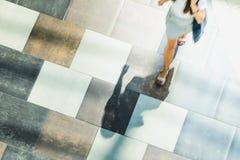 Fond abstrait de tache floue dans le chiffre de mouvement d'une jeune femme Image libre de droits