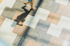 Fond abstrait de tache floue dans le chiffre de mouvement d'une jeune femme Photos libres de droits